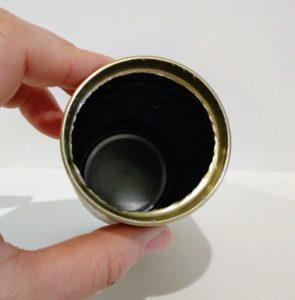 空き缶のペン立てリメイク ①上の部分を缶切りで切り取る